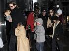 Brad Pitt e Angelina Jolie se divertem com os filhos em loja de doces