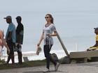 Grazi Massafera exibe barriguinha de grávida em caminhada com Ana Lima