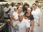 Adriana Bombom visita cozinha e faz alegria de funcionários de restaurante