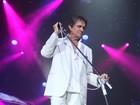 Todo de branco, Roberto Carlos faz show no Rio