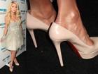 Paris Hilton curte festa de fim de ano com sapato sujo e maior que o pé