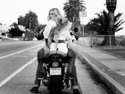 Filha de Demi Moore e Bruce Willis posa com bumbum de fora