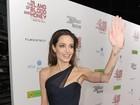 Ângulo ajuda e Angelina Jolie aparece com mão gigante em première