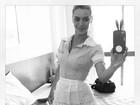 Carolina Dieckmann posta foto vestida de faxineira