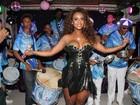 Decotada, Vânia Love samba e deixa seio à mostra em seu aniversário