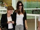 Sorridente, Sthefany Brito é clicada em aeroporto no Rio