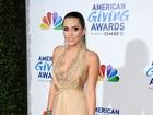 Miley Cyrus abusa do decote em show beneficente