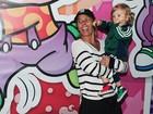 Adriane Galisteu leva o filho para assistir espetáculo infantil