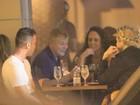 Miguel Falabella tem jantar animado com amigos no Rio