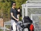 David Beckham segura a filha e empurra carrinho ao mesmo tempo