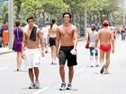 Rodrigo Simas exibe boa forma sem camisa na orla carioca