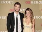 Decotada, Miley Cyrus vai com o namorado a festa em Los Angeles