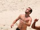Roger Flores joga futevôlei na praia