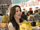 Ana Furtado distribui panetones em festa na quadra da Grande Rio