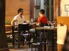 Paulo Rocha, o Guaracy de 'Fina Estampa', janta com amigo