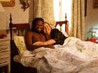 Claudia Jimenez aparece na cama com entregador de pizza em novela