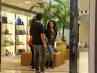 Apesar do calor, Carol Macedo vai de polainas a shopping carioca