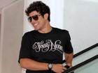 Sorridente, Caio Castro circula em aeroporto no Rio