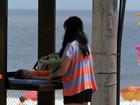 Daniele Suzuki troca a fralda do filho durante passeio pela orla do Rio