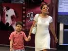Depois da praia, Nívea Stelmann passeia com filho em shopping