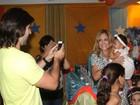 Susana Vieira tira fotos com crianças e fãs em festa de aniversário