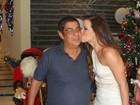 Zeca Pagodinho ganha bitoca de Renata Santos em evento de samba