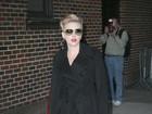 Elegante, Scarlett Johansson participa de programa de TV