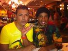 David Brazil exibe cordão de ouro de Ronaldinho Gaúcho durante jantar