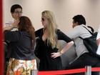 Bárbara Evans usa look preto em aeroporto no Rio
