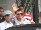 Tom Cruise acena para fãs na porta do Copacabana Palace, no Rio