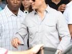 Tom Cruise desembarca no Rio e faz alegria dos fãs com sua simpatia