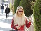 Paris Hilton combina óculos com cor da roupa em passeio