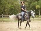 Estilo cowboy! Raphael Viana mostra suas habilidades na montaria