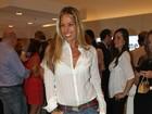 Adriane Galisteu usa saia curtinha em lançamento