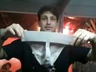 Ex-BBB Diogo mostra cueca com fio-dental que usará para gravar DVD