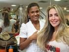 Com o noivo, Joana Machado tem tarde de beleza em salão no Rio