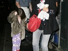 Suri Cruise faz manha e se esconde de paparazzi durante passeio em NY
