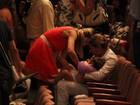 Flávia Alessandra troca a fralda da filha Olívia após apresentação de balé