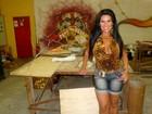 De shortinho jeans, Solange Gomes visita barracão da Porto da Pedra