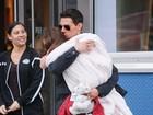 Tom Cruise enrola Suri em manta para fugir do frio e dos fotógrafos