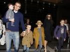 Cheia de estilo, família Beckham viaja para Londres para o Natal
