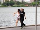 Débora Bloch caminha com amiga na Lagoa
