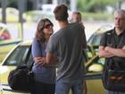 Priscila Fantin circula por aeroporto com marido e filho