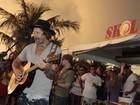 Donavon Frankenreiter faz show em praia no Rio