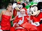 Karina Bacchi posa com Papai Noel e personagens Disney em evento