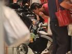 Dani Suzuki brinca com o filho Kauai durante tarde de compras