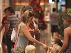Fernanda Lima passeia com os filhos em shopping no Rio
