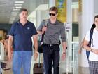 Todo elegante, César Cielo embarca em aeroporto carioca
