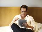Ricardo Tozzi posa para revista em clima homem de negócios