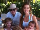 Charlie Sheen curte fim de ano com a ex-mulher e as filhas